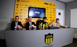 Gastón Rodríguez fue presentado oficialmente como nuevo jugador de Peñarol. Foto: Facebook Oficial Peñarol.