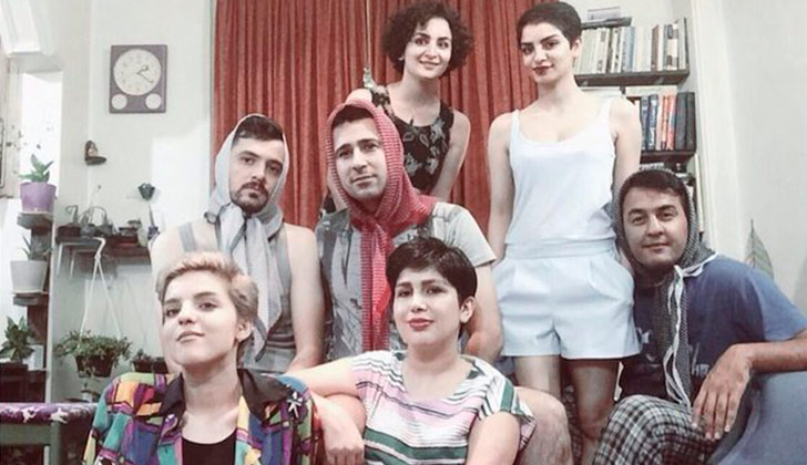 Hombres iraníes posan con la cabeza cubierta para protestar contra el uso  obligatorio del hijab. 27d92155bf0a