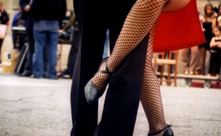 Una pareja baila tango en una calle en Ciudad Vieja. Foto: Flickr / Nicolás Ancheta Curbelo.