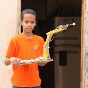 Jasuel, el pequeño genio que fabrica máquinas con basura