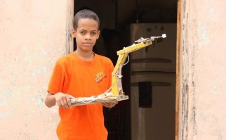 Jasuel, el joven inventor que transforma basura en increíbles inventos.
