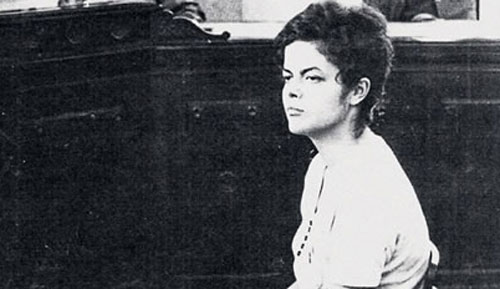 Fotografía de la joven Dilma Rousseff durante la dictadura militar cuando fue juzgada por un tribunal.
