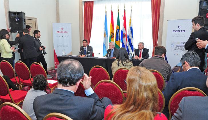 Conferencia de prensa de Astori sobre acuerdo con Fonplata. (Foto de Presidencia)