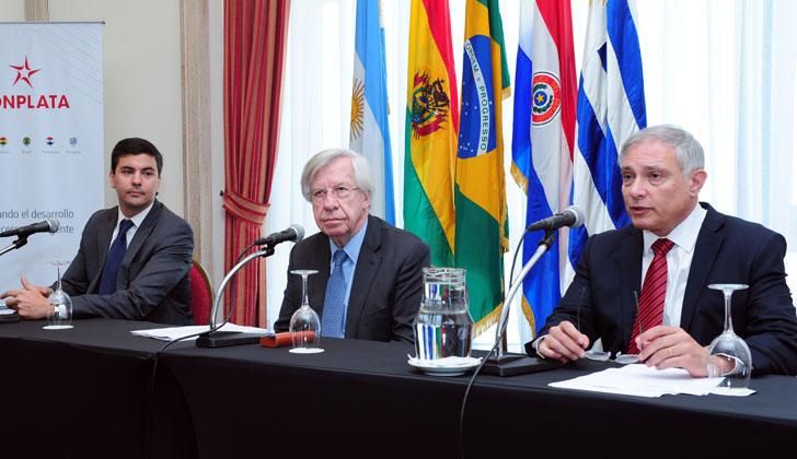 Ministro Astori junto su par de Paraguay, Santiago Peña, y el presidente ejecutivo de FONPLATA, Juan Notaro. (Foto de Presidencia)