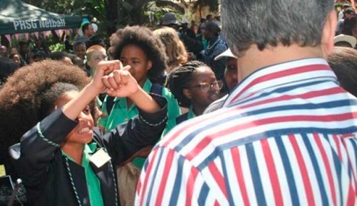 Estudiante sudafricana lucha contra su colegio que obliga a las alumnas a alisarse el pelo.