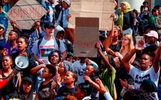 Sudáfrica: estudiantes luchan por la educación gratuita.
