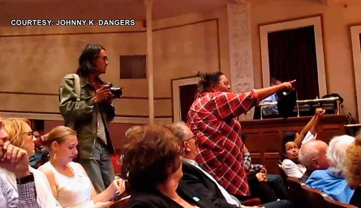 Defensores de la tierra interrumpen debate gubernamental para exigir el fin del oleoducto Dakota Access. Foto: Democracy Now