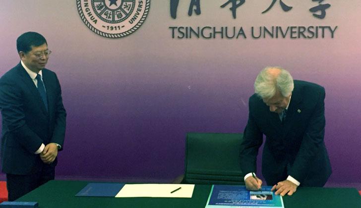 Presidente Vázquez firma el libro de visitas de la Universidad Tsinghua de Pekín. Foto de Presidencia.