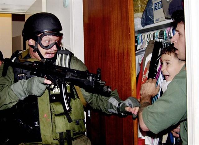La cara de Elián denota horror al ser sacado a la fuerza de la casa de sus familiares en EE.UU. Foto: Archivo / Reuters.