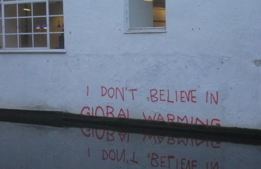 """""""Yo no creo en el calentamiento global"""", reza un grafitti cubierto por el agua en una inundación. Foto: Wikimedia Commons."""