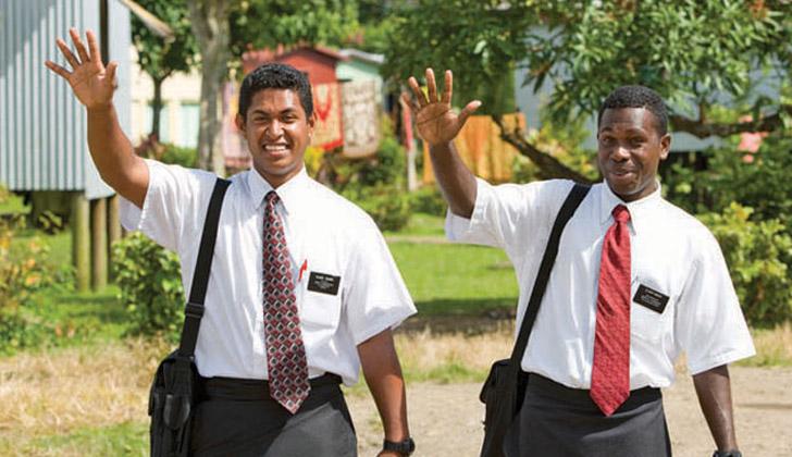 Dos jóvenes misioneros mormones saludando. Foto: flickr.com/moregoodfoundation.
