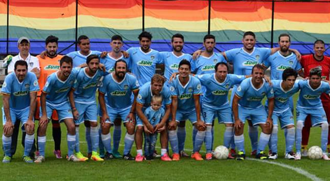 suat-apoyando-a-la-seleccion-uruguay-celeste-lgbti