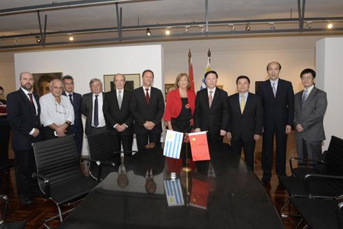 Autoridades de Uruguay y China durante la firma del memorándum