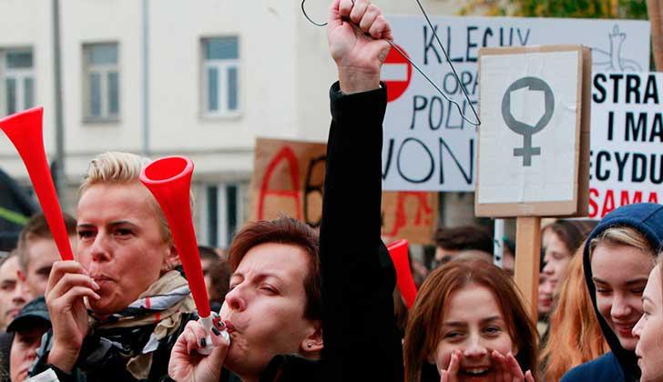 Mujeres de más de 30 países se preparan para una huelga internacional femenina. Foto ilustrativa huelga de mujeres de Polonia - Czarek Sokolowski/AP
