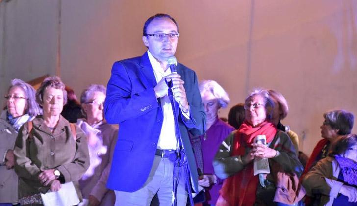 Alcalde del Municipio B, Carlos Varela.
