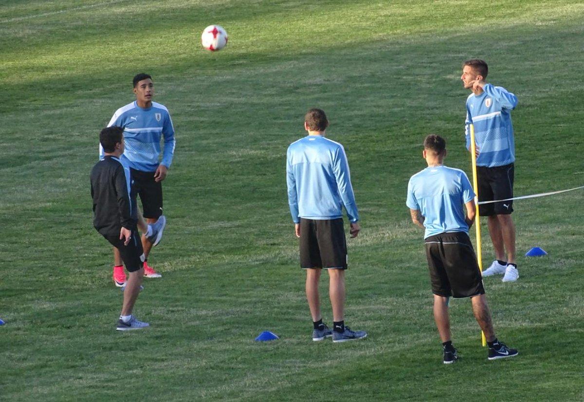 Uruguay empató y clasificó primero en su grupo