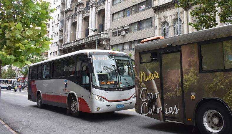 Ómnibuses circulando por la 18 de julio. Foto: Carlos Loría - LARED21