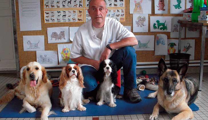 Foto: William Lambiotte con los cuatro perros del hospital.