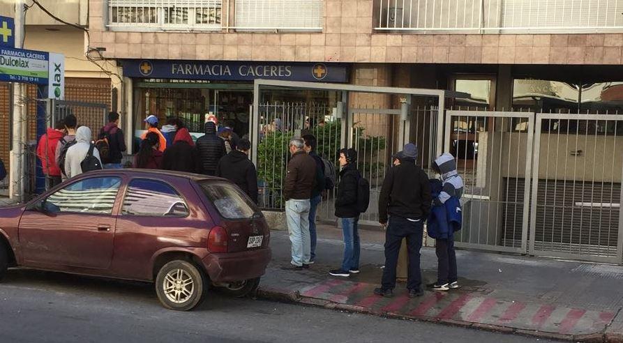 Decenas de personas hacen fila para adquirir marihuana en la Farmacia Cáceres, en Bulevar España. Foto: Juan Sebastian Valdebenito