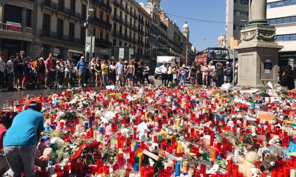 Miles de flores y velas depositadas en el lugar de los atentados en Barcelona. Foto: Twitter@Queency83