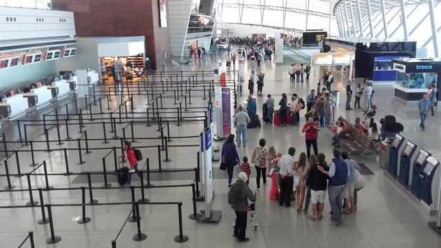 Zona de counters del Aeropuerto Carrasco. Foto: Twitter/JavierHosteltur