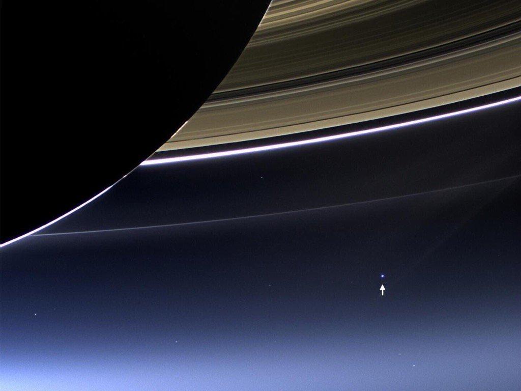 El punto blanco señalado es la Tierra, desde la cámara de la sonda Cassini. Foto: NASA