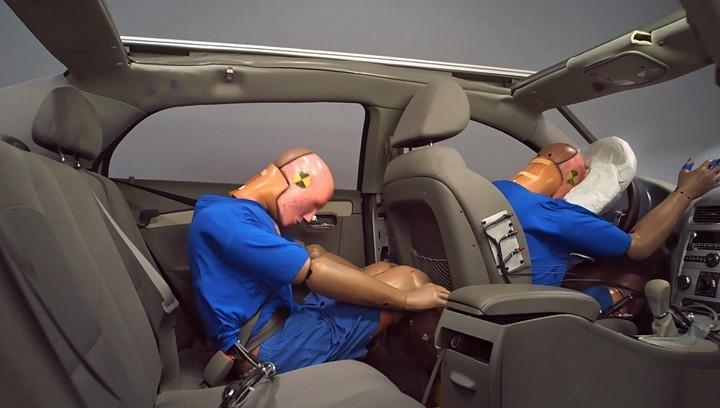 Si el pasajero de atrás va correctamente atado, no se estrella contra el asiento delantero.