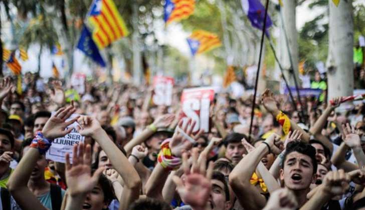 Miles de personas salen a la calle contra la actuación del Gobierno español en Cataluña. Foto: Xavi Herrero/Público.es