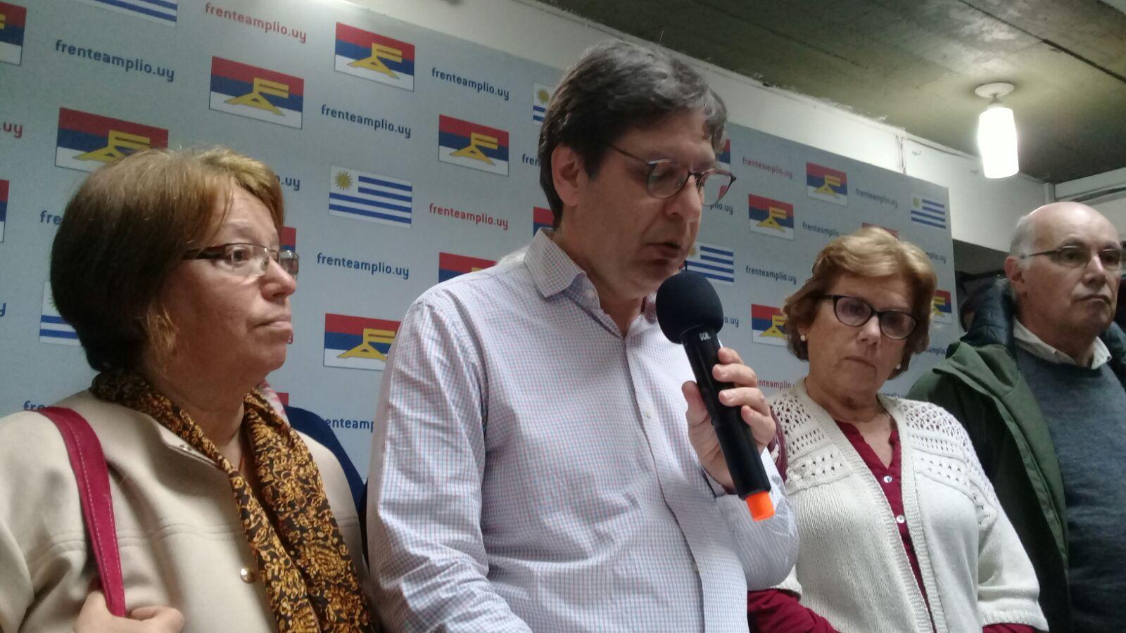 Javier Miranda junto a Mónica Xavier (izq.) y otros diversos integrantes del Plenario Nacional. Foto: Carlos Loría - LARED21