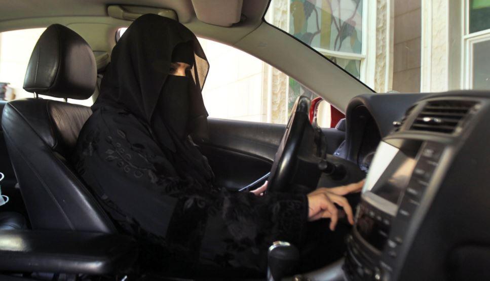 Una mujer conduce auto mientras viste la burka. Foto cortesía de Al Jazeera