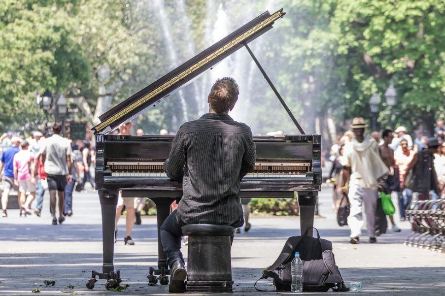 Un pianista toca en el Central Park de Nueva York. Foto: Pixabay