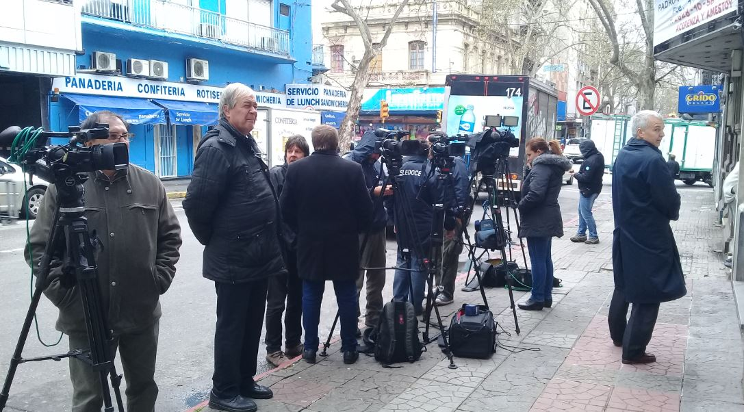 La prensa a las afueras de la sede del FA
