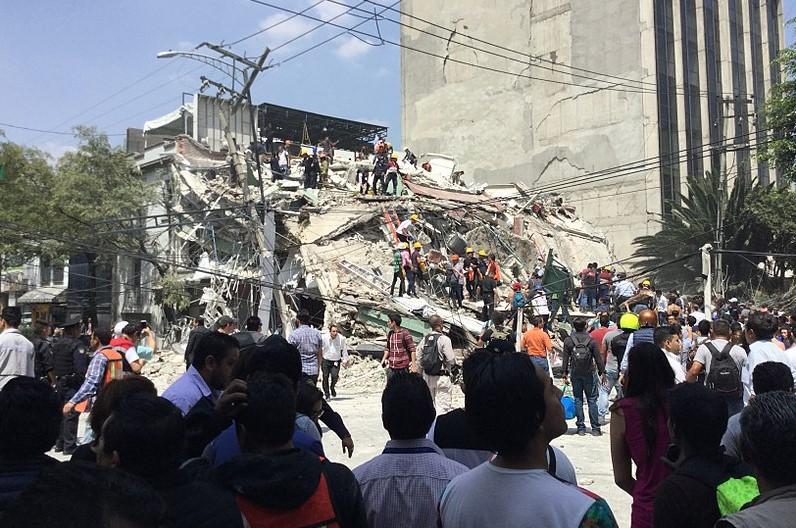 Voluntarios y rescatistas buscan sobrevivientes en un edificio derrumbado. Foto: ProtoplasmaKid / Wikimedia Commons