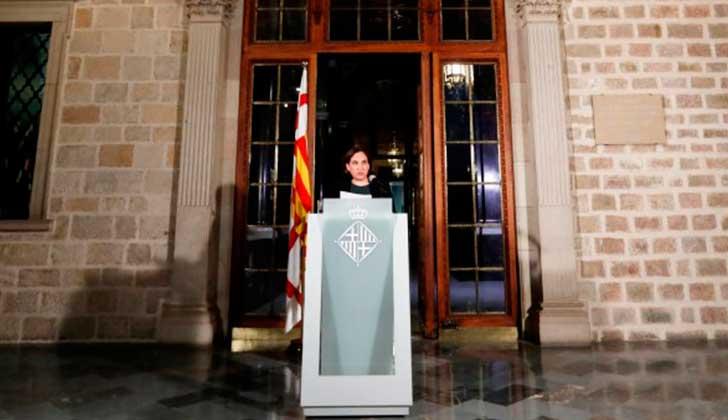 """Alcaldesa de Barcelona a Rajoy y Puigdemont: """"No es el momento del choque de trenes, es el momento del diálogo""""."""