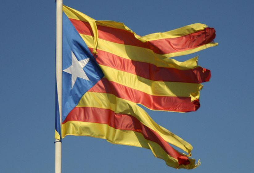 """La """"Senyera"""", bandera oficial de Cataluña. Es la tradicional de los Reyes de la Corona de Aragón, que era antiguamente usada únicamente por el Rey, como expresiva de su soberanía. Foto: Andrew Barclay"""