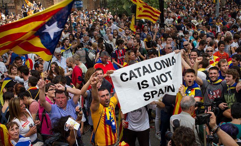 """""""Cataluña no es España"""", dice un rótulo escrito en inglés en una manifestación de Barcelona. Foto: Flickr/Fotomovimiento"""