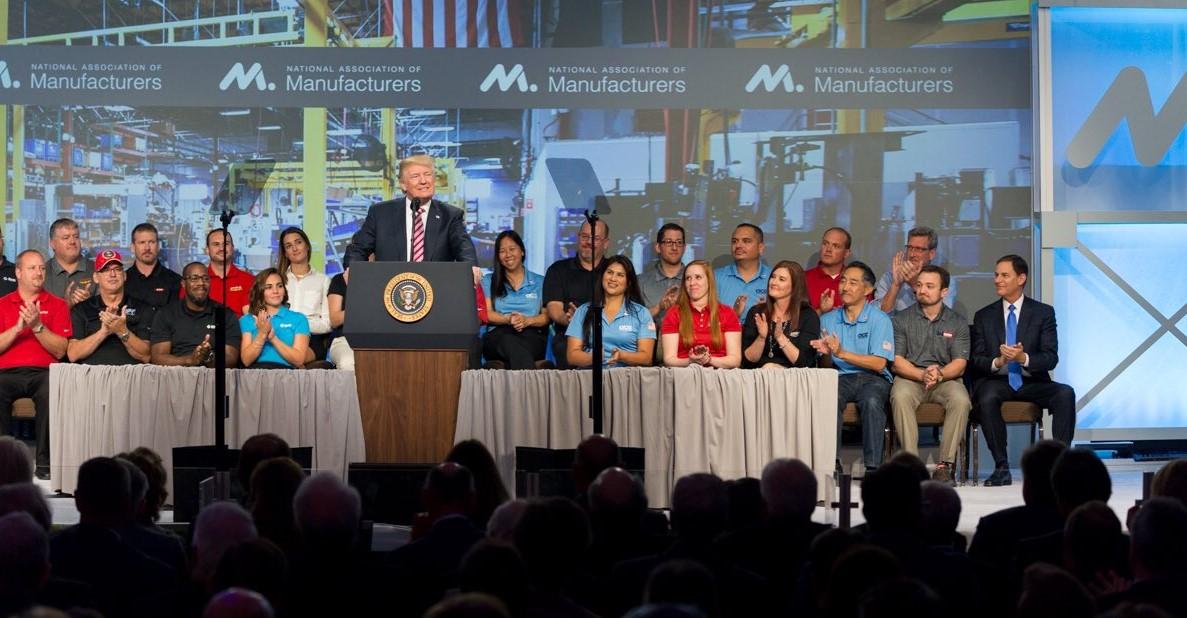 Trump lanza papel de baño a damnificados de Puerto Rico