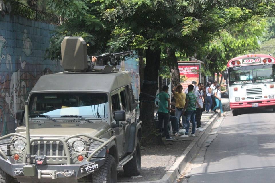 Un camión militar custodia una parada de ómnibus, en la capital salvadoreña de San Salvador. Foto: Ejército de El Salvador