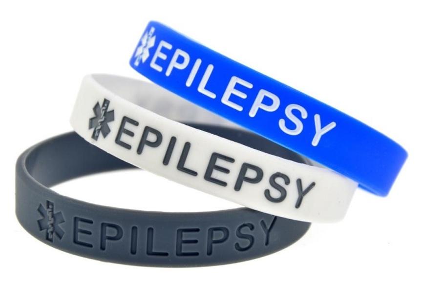 Estas bandas de goma avisan a otras personas que quien la porta padece epilepsia, en caso de presentarse un episodio. Foto: Wikimedia Commons