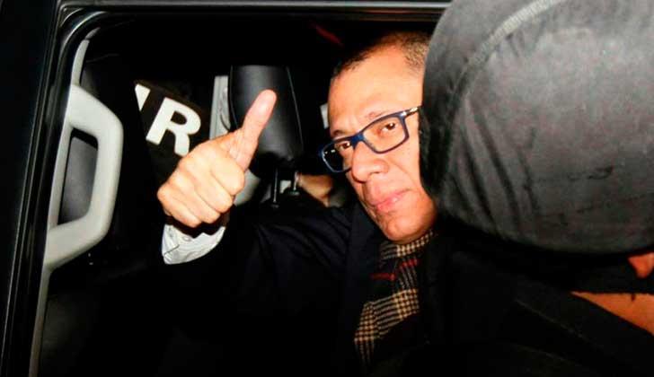 El vicepresidente ecuatoriano, Jorge Glas, llega a la cárcel vigilado por la policía en Quito (capital).