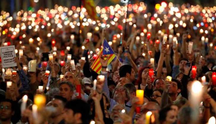Miles de personas exigieron la liberación de los independentistas acusados de sedición.