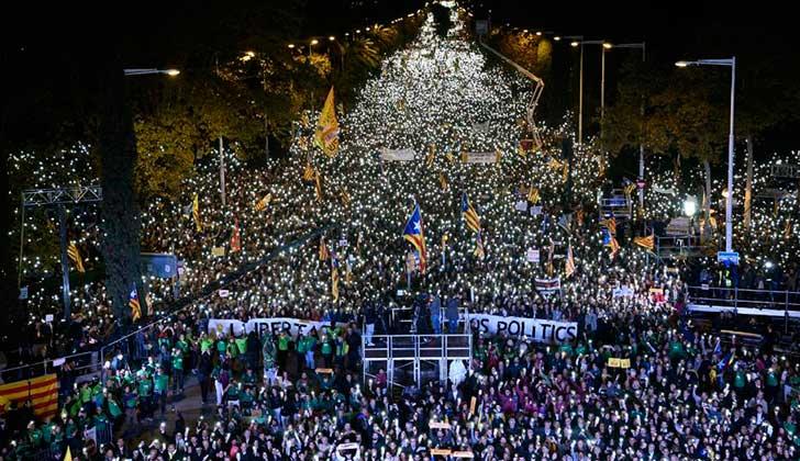 Masiva movilización en Barcelona para exigir la libertad de los independentistas presos.