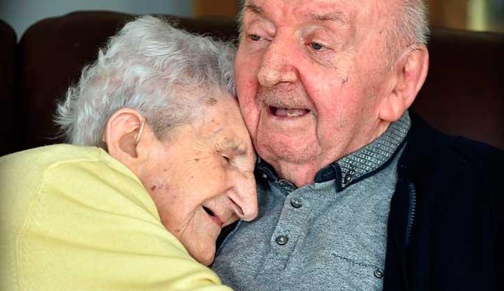 """""""Nunca dejas de ser madre"""", a los 98 años se mudó a un asilo para cuidar de su hijo de 80."""