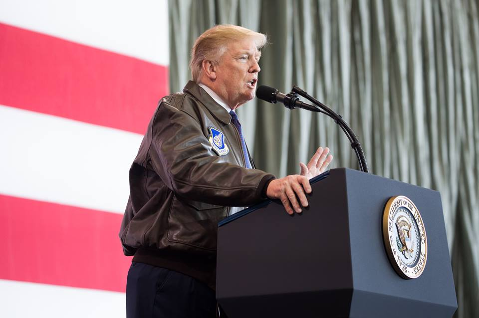 Trump durante un discurso a militares estadounidenses en la Base Aérea de Yokota, Japón. Foto: The White House