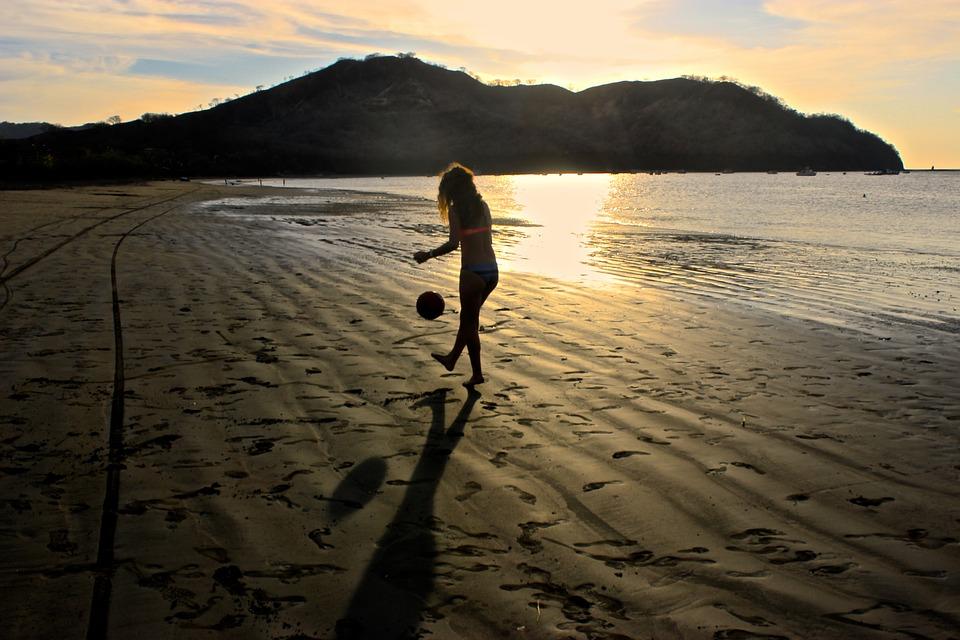 Una joven juega a la pelota en la playa de Jacó, en el pacífico central de Costa Rica. Foto: Pixabay