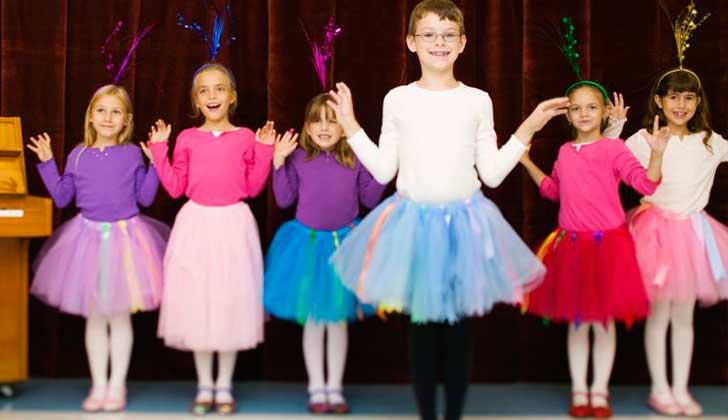 Iglesia anglicana aconseja dejar que los niños jueguen libres de esterotipos de género.