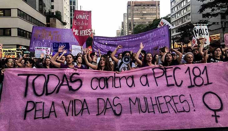 Mujeres brasileñas marchan contra la enmienda constitucional que pretende prohibir el aborto en todos los casos. Foto. Midia NINJA