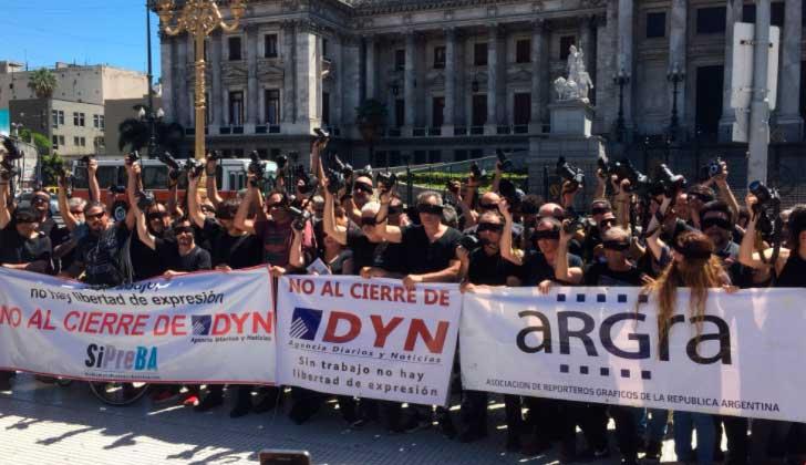 Periodistas argentinos protestan ante el cierre de medios.