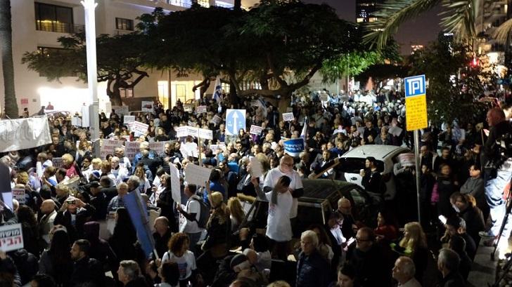 Miles de israelíes se manifiestan en Tel Aviv contra la corrupción de Netanyahu.