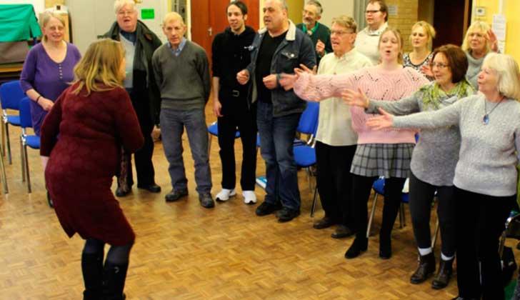 Cantar en grupo favorece la salud mental y las habilidades sociales. Foto: Consejo-del-condado-de-Norfolk